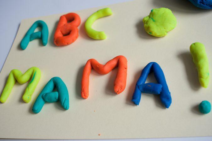 zabawy dla dzieci literki z ciastoliny