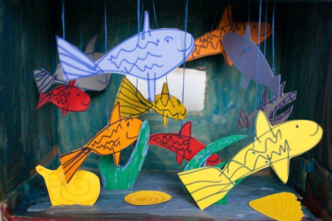 Zdjęcie zabawa dla dzieci akwarium z pudełka